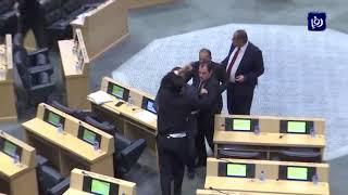 مواطن يقتحم قبة البرلمان خلال جلسة لمقابلة رئيس الوزراء - (3-2-2019)