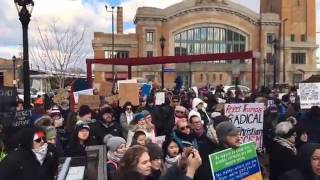 Hundreds protest Trump immigration ban in Cle...