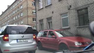 В Елгаве под колесом автомобиля AUDI провалился асфальт(, 2016-05-31T11:31:20.000Z)