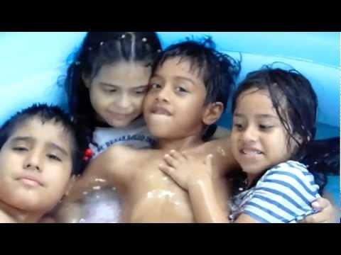 mis hijos Ariel y Scarlet bañandose en la piscina con sus amigos