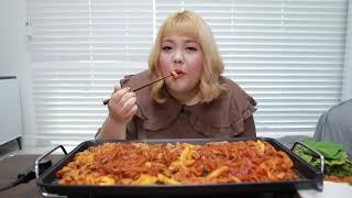 Hunharca yemek yiyen kadın