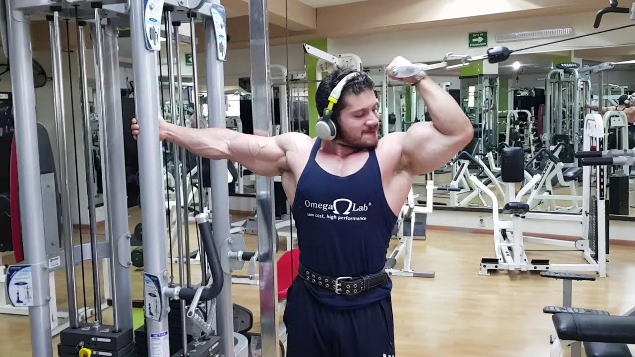 Curl de biceps martillo en polea con cuerda