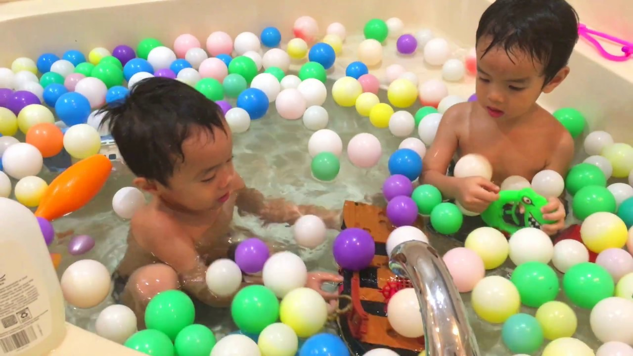 Kids Playing in the Bathtub With Bath Toys - YouTube
