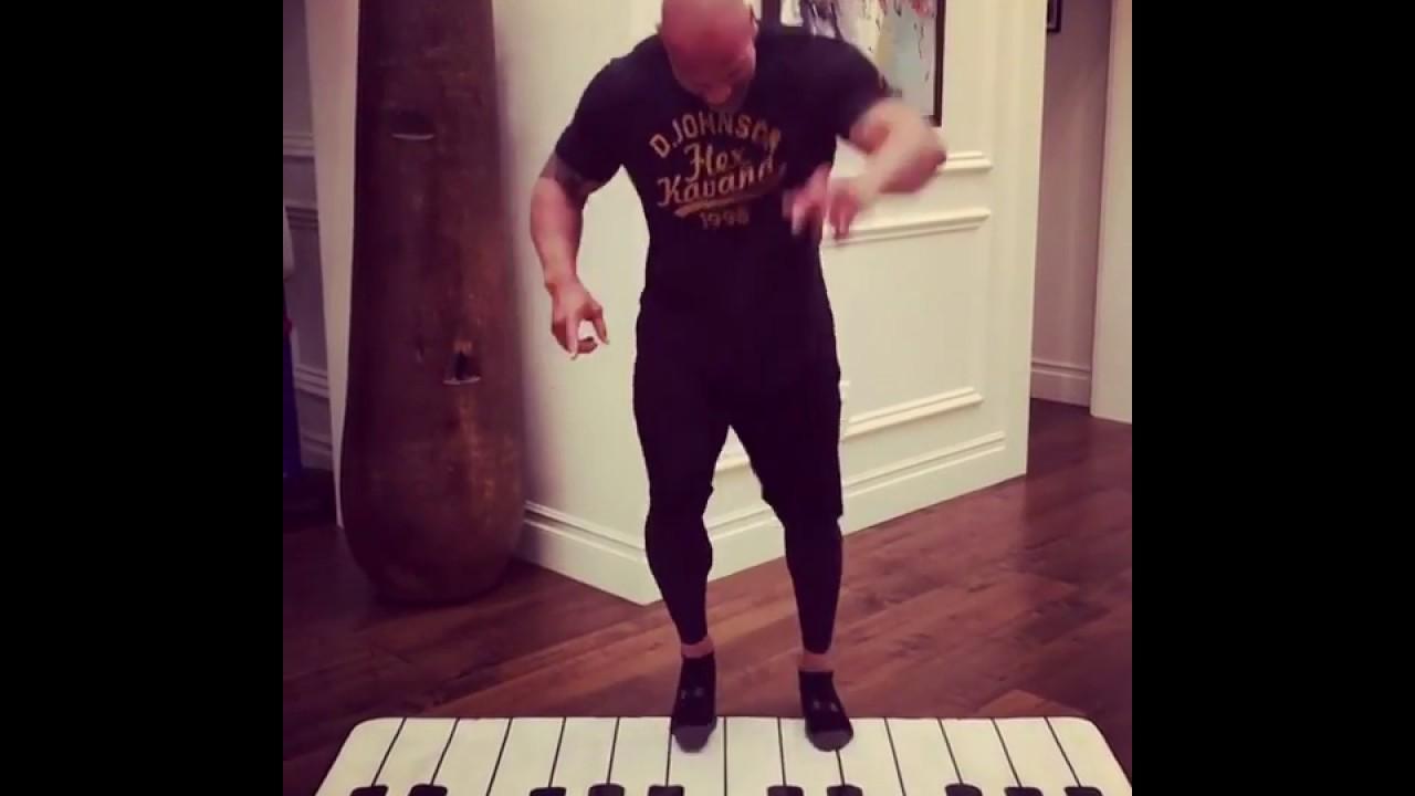 Дуэйн Скала Джонсон INSTAGRAM играет ногами на пианино