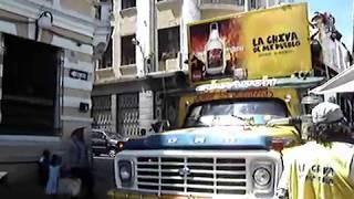 ECUADOR. Chiva recorriendo las calles de Quito