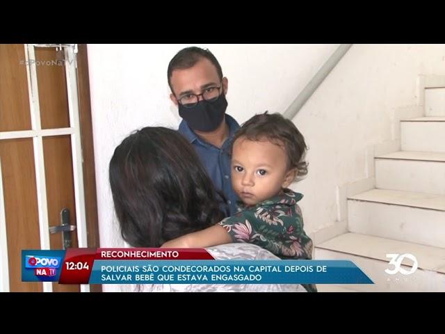 Policiais são condecorados após salvar bebê que estava engasgado - O Povo na TV