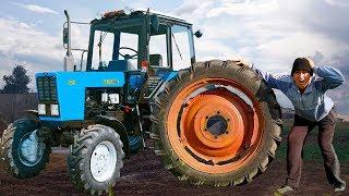 У трактора отпало Колесо. Малыш помогает починить Сломанный трактор с другом