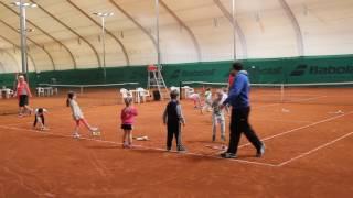 Детская тренировка по большому теннису
