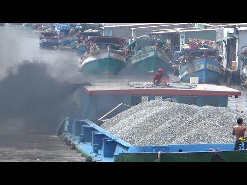 Kéo xà lan khổng lồ bị nước hút vào cầu ở Vàm Rầy HĐ-KG/ The ship is in danger