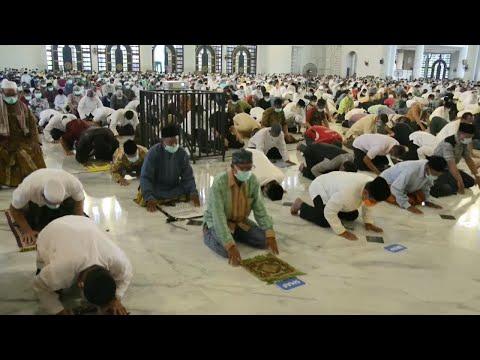 دول إسلامية أبقت على صلاة الجمعة في المساجد رغم تفشي فيروس كورونا