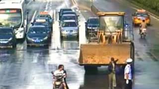 Francotirador mata a chofer de cargador frontal que se volvió loco y mataba a todos (China)