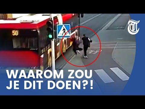 Meisje duwt vriendin onder bus