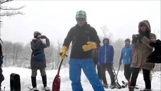 スノーショベル、スコップを使って雪を掘り出す!雪上キャンプ実習