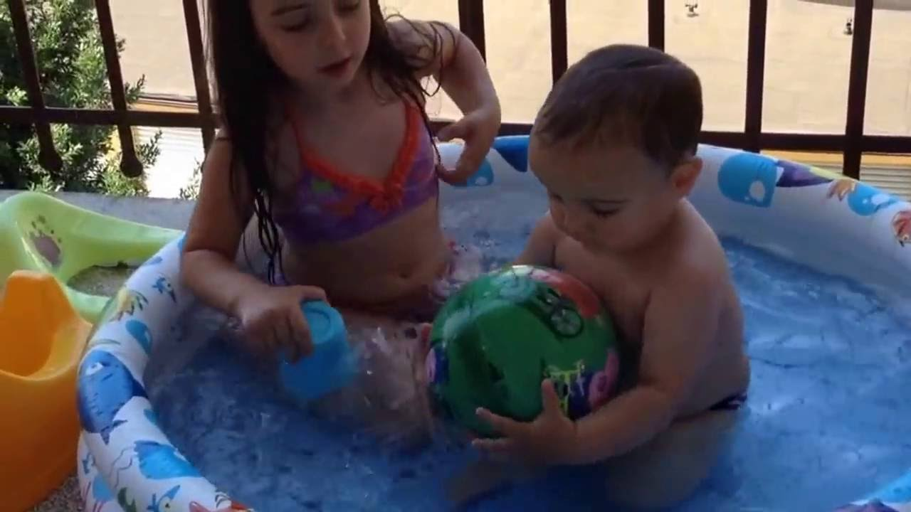 Bambina Anega Suo Fratello In Piscina Youtube