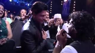 Arijit Singh Gets Shahrukh Khan Down On His Knee
