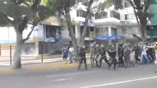 Video original - Manifestantes desarman a guardias GNB Venezuela - Táchira