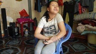 Bé gái khờ khạo bị cha ruồng bỏ nhận món quà bất ngờ từ nữ Việt Kiều Mỹ