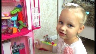 Алиса играет !!! Все хотят жить в доме Барби ! Играем в кукол