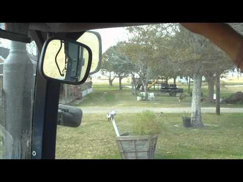 I traktoren igen på vej til at fodre køerne.