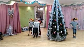 НОВЫЙ ГОД в детском саду. Новогодняя Игра. Собери бусы по цвету