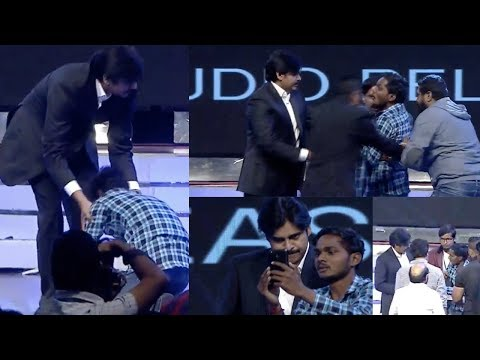 Pawan Kalyan Fan Sudden Entry On Stage For Selfie   కొట్టకండి    #AgnyaathavasiAudioLaunch Mp3