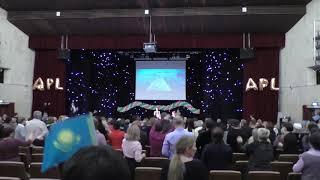 Смотреть видео 2019_01 APLGO МОСКВА. Поляковы Алина и Альмира танцуют гимн APL. Большой бизнес семинар онлайн