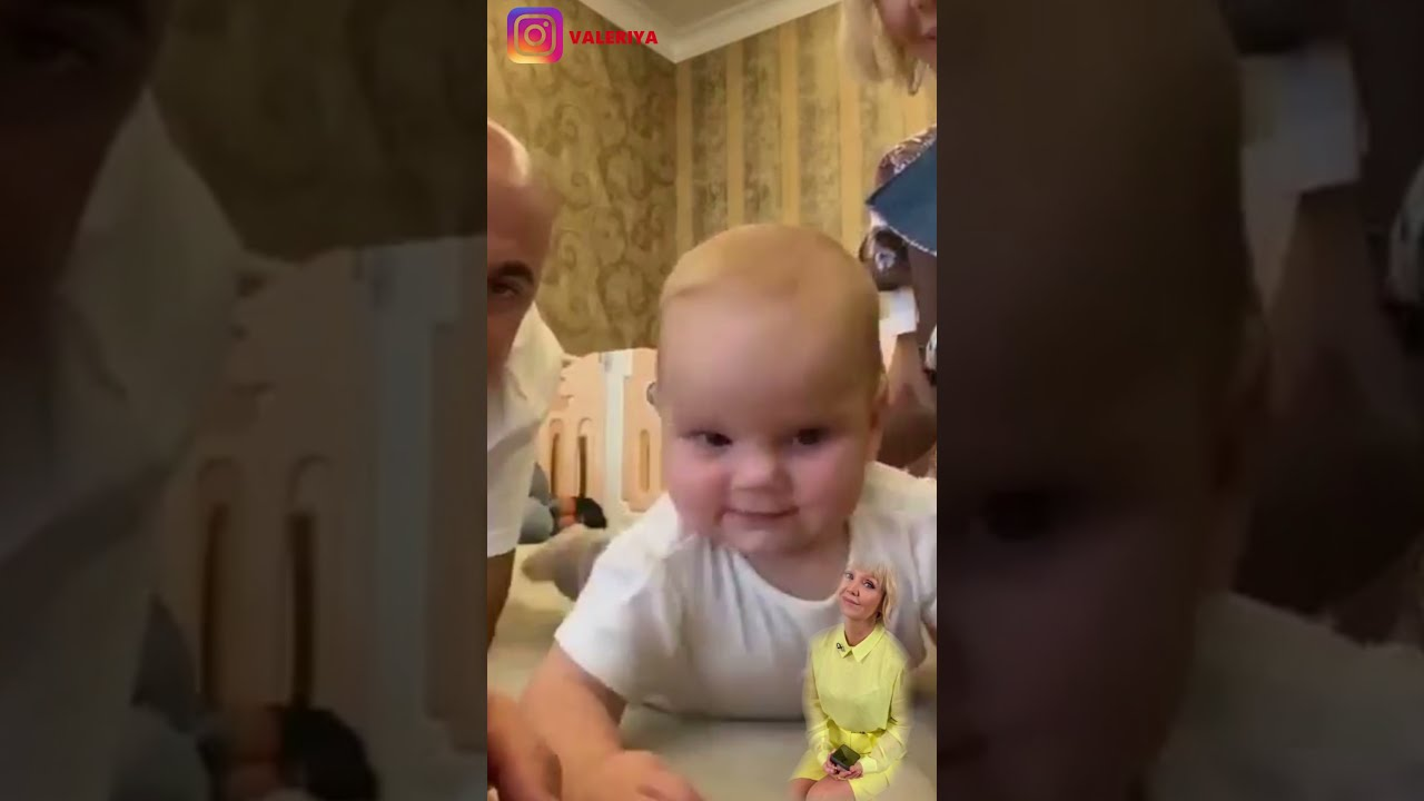 Валерия запечатлелась со смеющейся внучкой, играя с ней в домашней обстановке