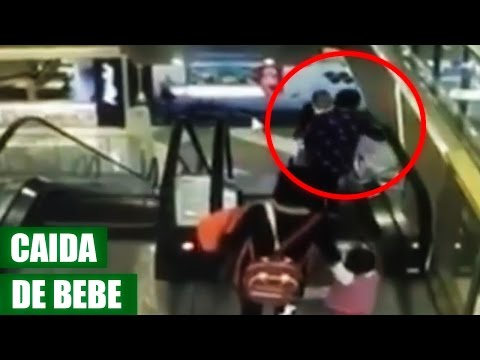 Abuela Suelta a Bebe Desde el Segundo Piso por Tropezarse en Escalera Electrica