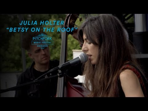Julia Holter Performs