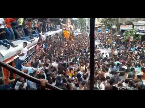 People Dancing On BUS Roof On Sairat Song..Mumbai Ganpati-Lalbaug Cha Raja