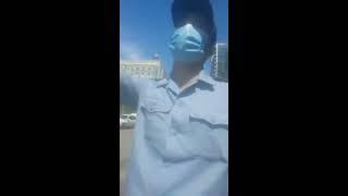 Полицейские пытаются задержать активиста.  Пятеро против одного