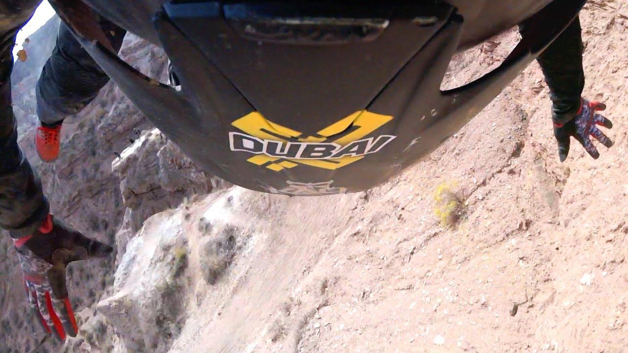 VIDEO – Biker cade rovinosamente da una montagna e rischia la vita