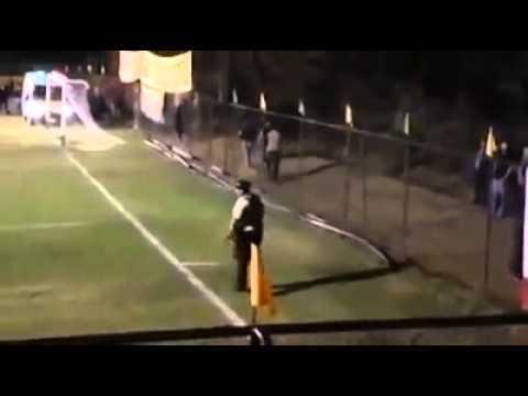 """""""Te paseo"""" de un carabinero a hinchas en partido de fútbol"""