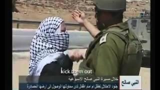 israelische soldaten slepen kinderen en vrouwen weg van palestijnse grond