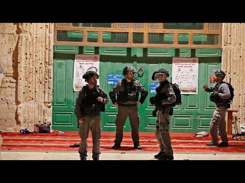 صلاةٌ في المسجد الأقصى بلون الدم وعلى دوي الرصاص المطاطي وقنابل الصوت.. شاهد…