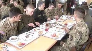 Порошенко пообедал с солдатами США в армейской столовой Украины.