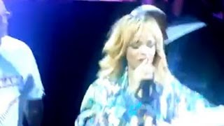 Repeat youtube video Rihanna Hits Fan In Face With A Mic at Concert