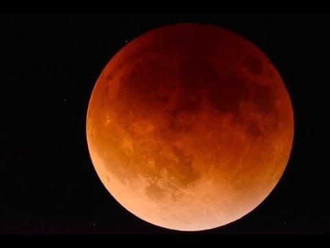 La notte in rosso, milioni di persone a testa in su