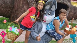 CRIANÇAS BRINCAM DE CAÇA AOS OVOS COM O COELHINHO DA PÁSCOA / Kids Pretend Play with Easter Bunny