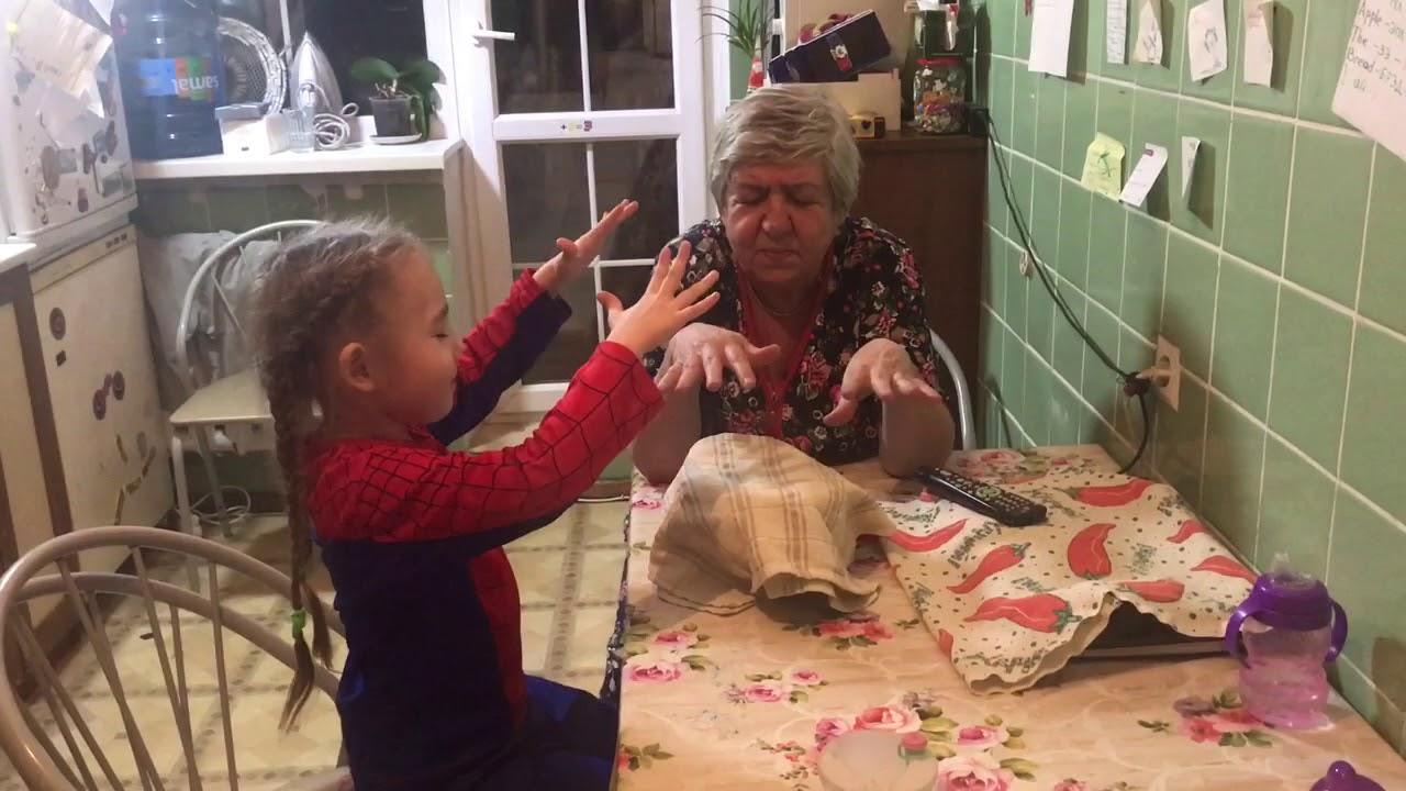 Фото дед смотрит как переодевается внучка
