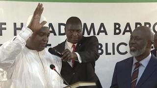 Repeat youtube video Gambie : le nouveau président Adama Barrow prête serment à Dakar