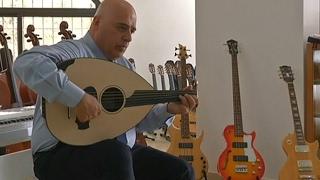 #شاهد | موسيقي لبناني  يتعلم العزف على 46 آلة موسيقية