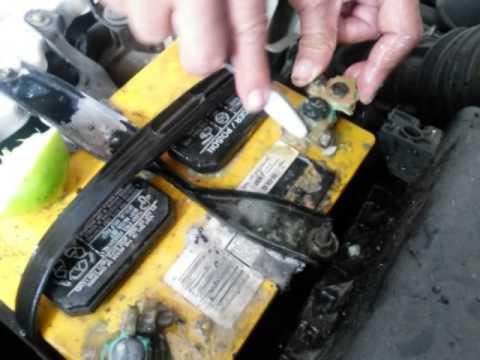 Como limpiar las terminales de la bateria en un automov for Como lavar el motor de un carro