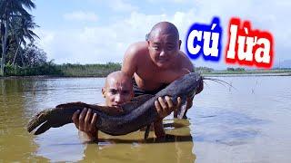 Cú Lừa Thả Cá Trê Khủng Xuống Ruộng Chơi Khăm Thánh Ăn - Lẩu Cá Trê Ớt Hiểm | Son Duoc Vlogs