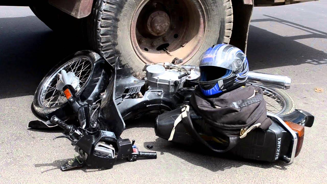 accidente entre una moto y un cami n en corrientes youtube. Black Bedroom Furniture Sets. Home Design Ideas