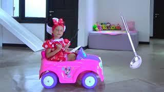Niños y papa se visten con trajes para las fiestas