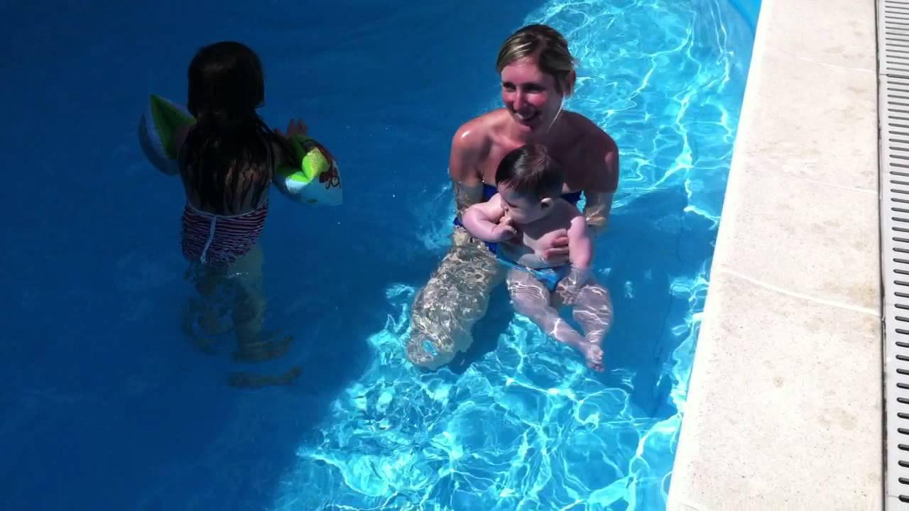 Tutorial primo bagno in piscina per un bambino  YouTube