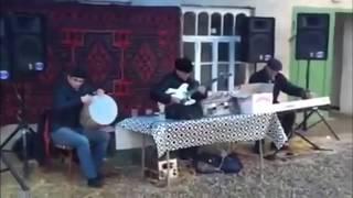 Фаир Шихзадаев исполняет на гитаре песню из фильма «17 мгновений весны»