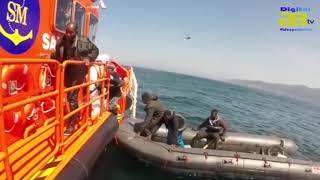 Salvamento Marítimo traslada a Torrecárdenas a cinco tripulantes de una patera  a la deriva