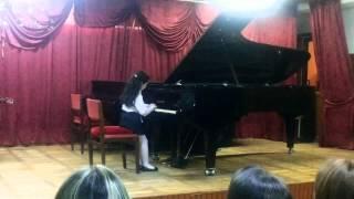 Первые шаги армянской красавицы Ларочки :)